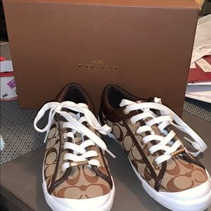 Got to love the Vintage coach 👟!!